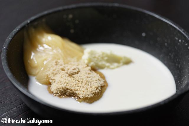 鍋にはちみつ・牛乳or豆乳・砂糖・バターを入れた様子