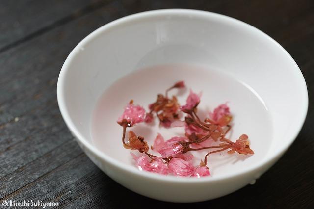 桜の塩漬けの塩抜きの様子
