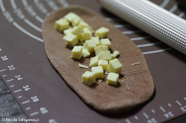 刻んだホワイトチョコレートをちらした様子