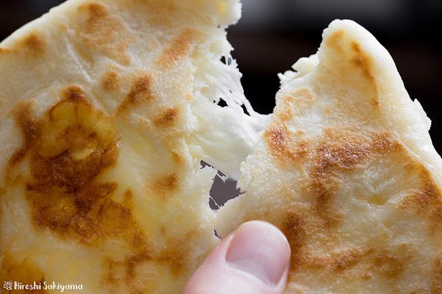 チーズナンの中からチーズが伸びる様子