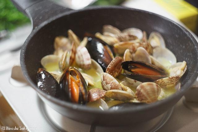 貝類を入れて蒸し煮にし、殻が開いた様子