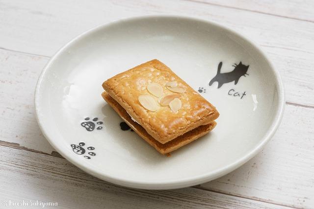 絞って撮ったバターサンドの写真 お皿の猫がわかる