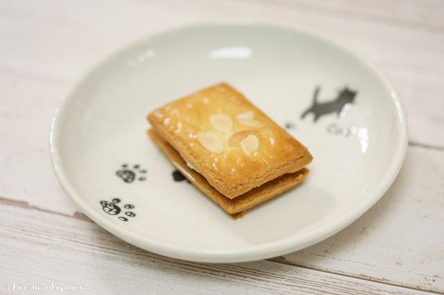 開放で撮ったバターサンド、お皿の猫がボケてわかりにくい