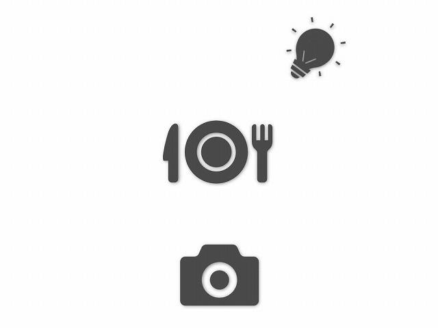 半逆光の位置にライトスタンドで立てたクリップオンストロボ 向きを料理と逆側に変えたバージョン 図解