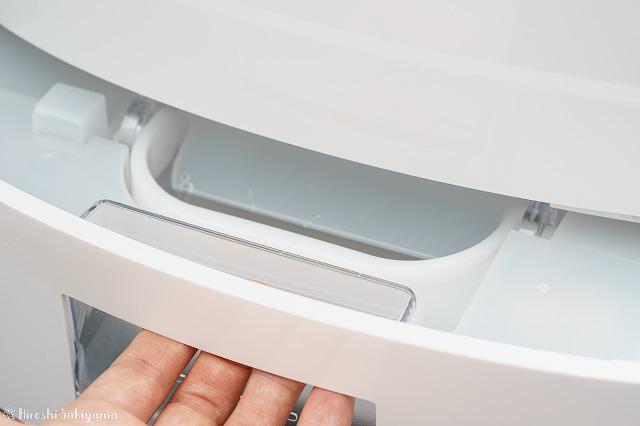 パナソニック 衣類乾燥除湿機 「F-YZP60」タンクを引き出す様子