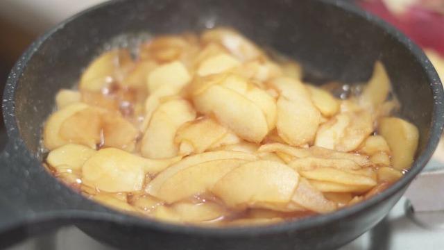 りんごから水分が出て煮る様子