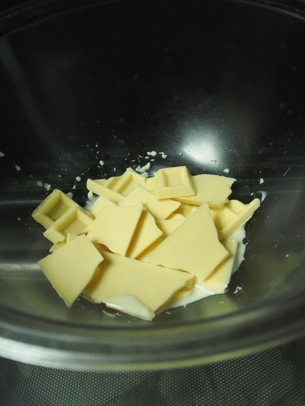 ホワイトチョコと牛乳or豆乳をボウルに入れてレンジで溶かす様子