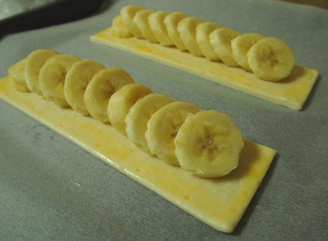 冷凍パイシートの上にバナナのスライスをのせた様子