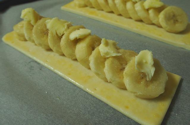 冷凍パイシートの上にバナナのスライスをのせた上にバターをのせた様子