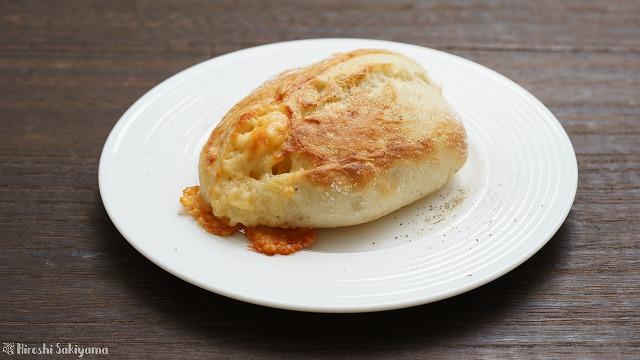 チーズと黒胡椒のクッペっぽいパン