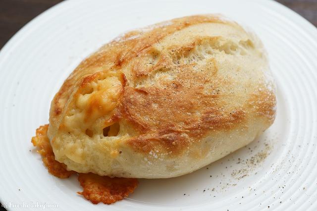 チーズと黒胡椒のクッペっぽいパン2