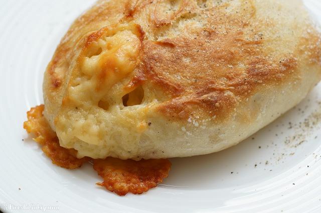 チーズと黒胡椒のクッペっぽいパン3