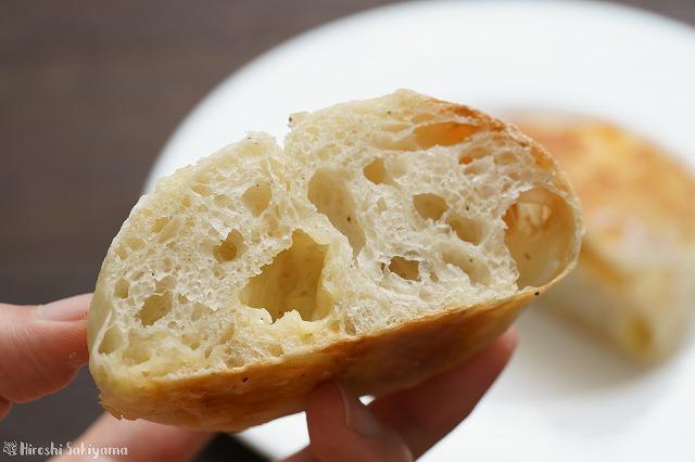 チーズと黒胡椒のクッペっぽいパン4