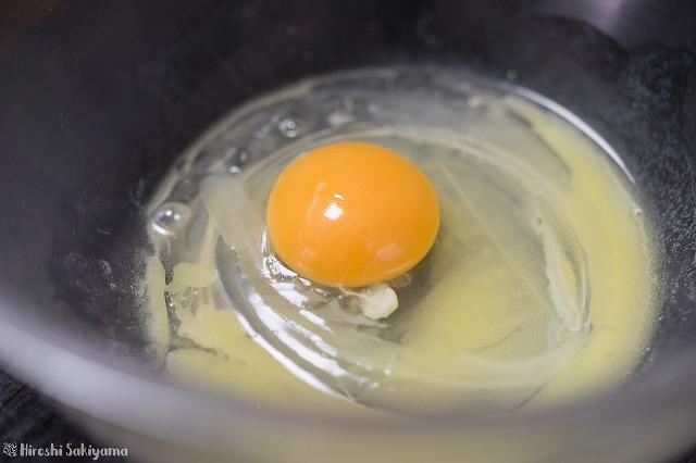 溶かしバターに卵を混ぜる様子
