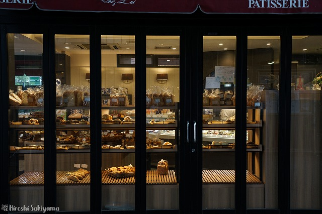 シェ・リュイ代官山店のパン陳列を外から見た様子