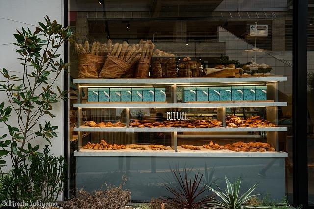 RITUEL(リチュエル) 代官山店の外からパン陳列を見た様子