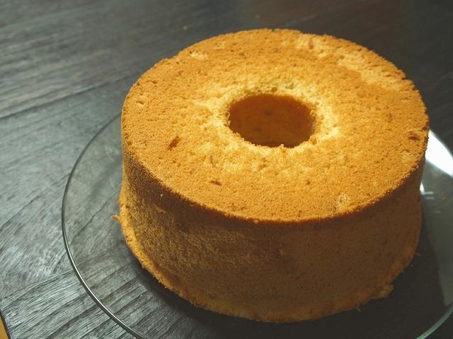 型から外したバナナシフォンケーキ
