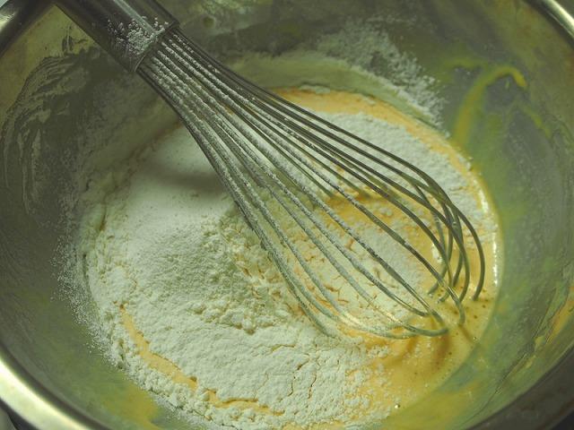 卵に油と牛乳or豆乳を混ぜてふるった粉類を加えた様子