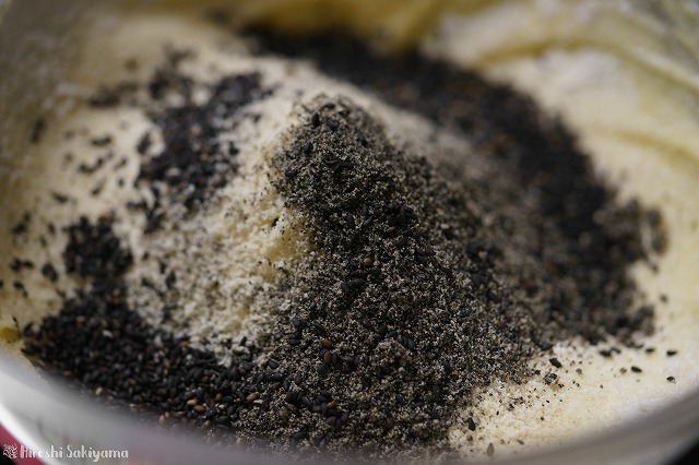 粉類+黒すりごまをいれた様子