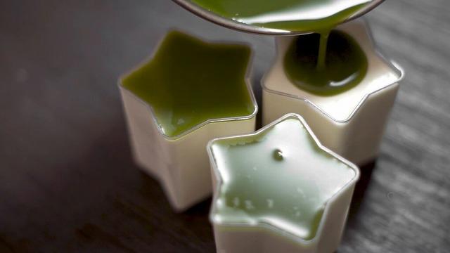 ココナッツミルクレアチーズの上に抹茶ゼリーを流す様子