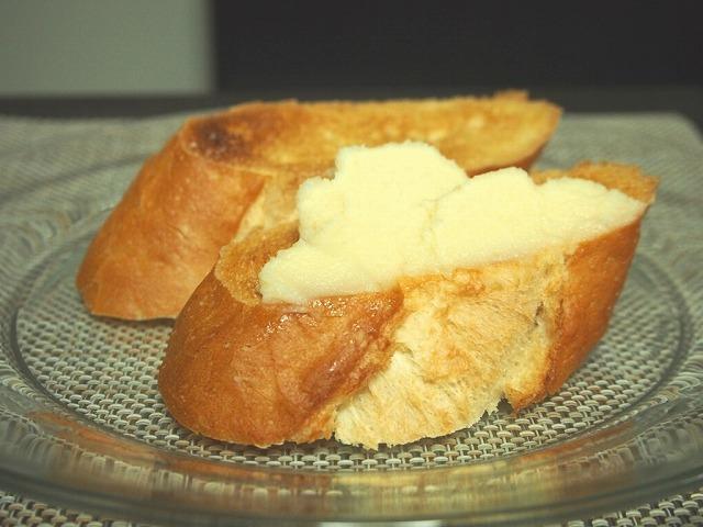 白あんバターをフランスパンに塗る