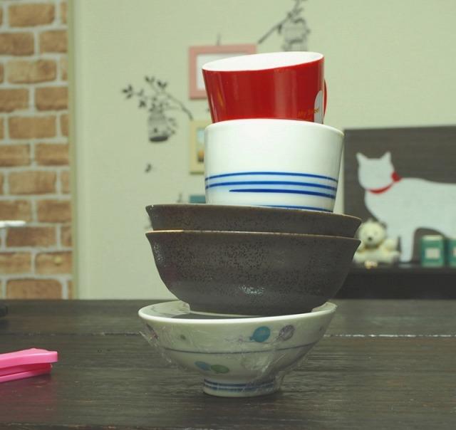 お椀に業務用ラップをぴったり張って、その上にお椀とかコップを重ねた様子