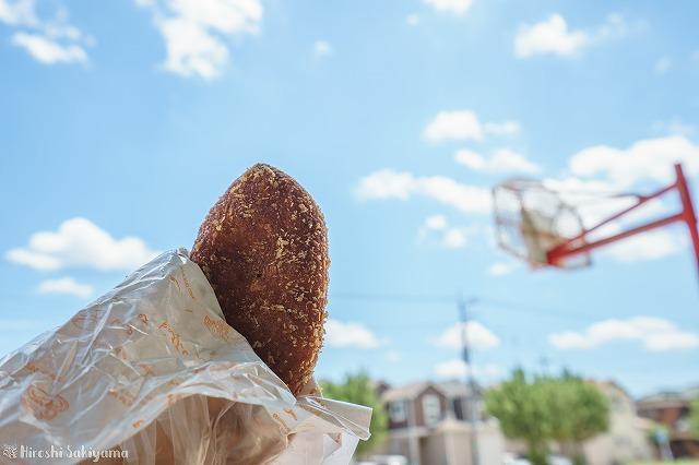 青空の下で食べるキーマーカレーパン