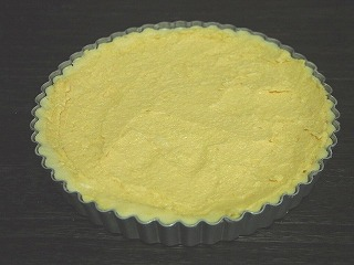 アーモンドクリームをタルトに詰める