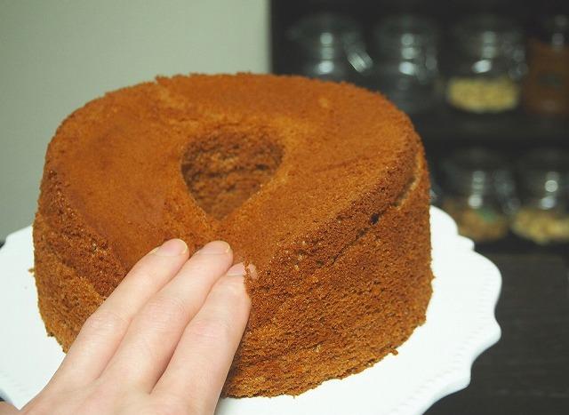 チョコシフォンケーキを押す様子