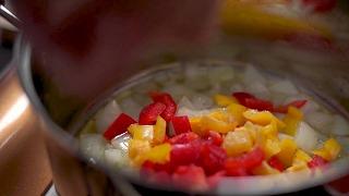 玉ねぎ・パプリカに塩をふって炒める様子