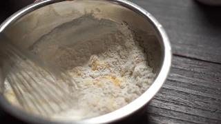卵・水を合わせて薄力粉・片栗粉を入れて混ぜはじめる様子
