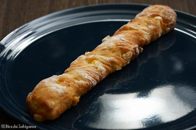 デテ 長細いコーンのパンのアップ