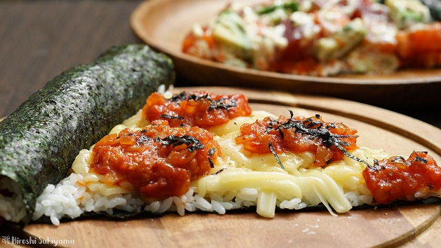 チーズとトマトソースの寿司ピザ、奥にアボカド・サーモン・マグロの寿司ピザが見える