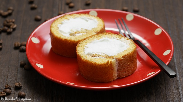 白いコーヒーロールケーキ