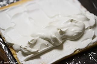 生クリームをロールケーキ生地に塗る様子