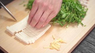 水切りした木綿豆腐を細切りにする様子