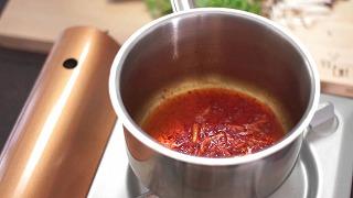 弱火で豆板醤・生姜を炒める様子