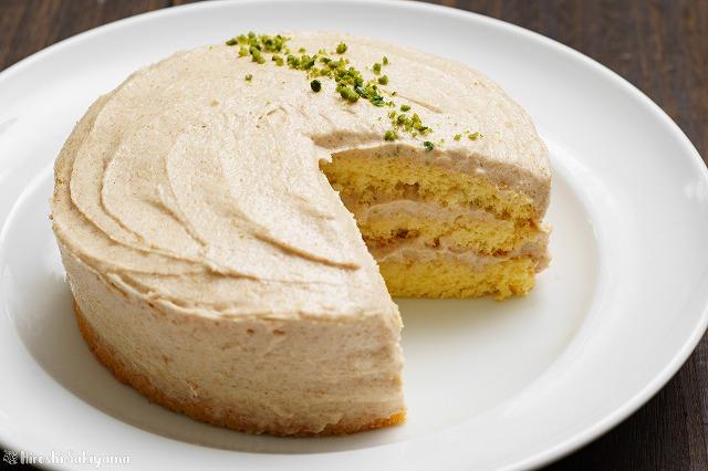 カットしたピーナッツバターのショートケーキのホール側