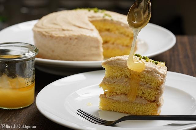 カットしたピーナッツバターのショートケーキにはちみつをかけた様子