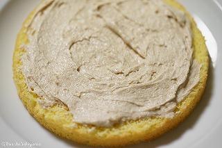 ケーキにピーナッツクリームを塗る様子