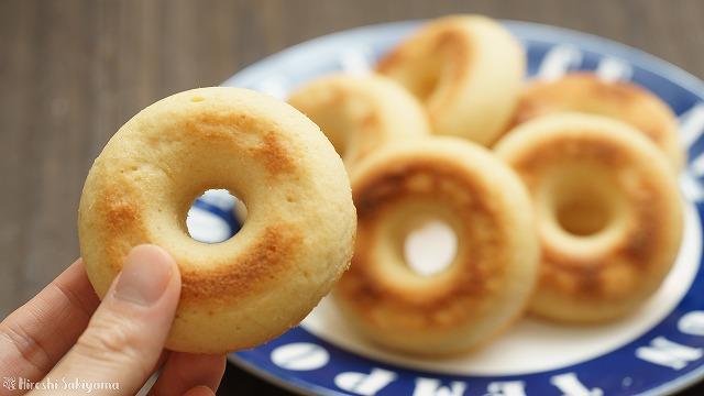 グルテンフリーの米粉焼きドーナツを手にとった様子