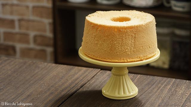 型から外した米粉シフォンケーキ