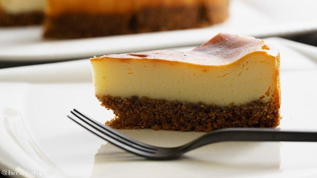 チーズが濃いベイクドチーズケーキをカットしたもののアップ