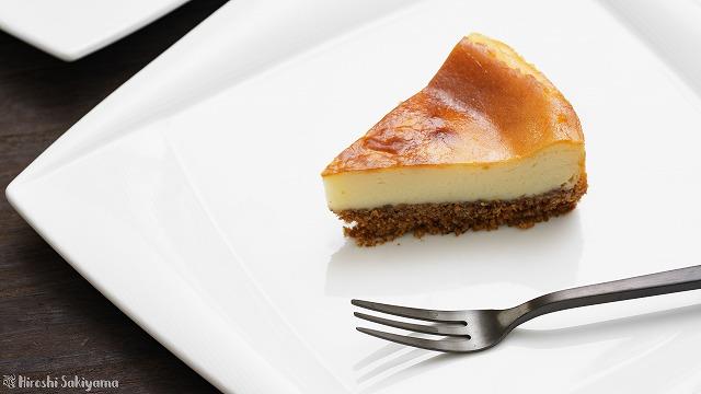 チーズが濃いベイクドチーズケーキをカットした様子