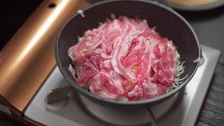 豚肉でキャベツを覆った様子