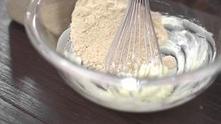 バターに砂糖を混ぜる様子