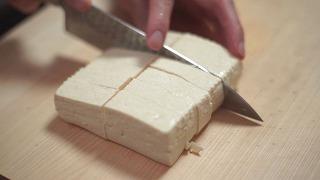 豆腐を小さめにカットする様子