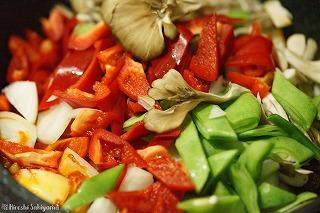 野菜類を炒める様子