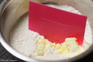 粉類に小さくした冷たいバターを加えた様子