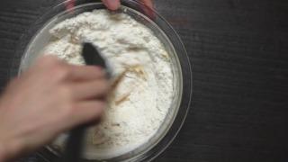 粉類をふるい入れてさっくり混ぜる様子